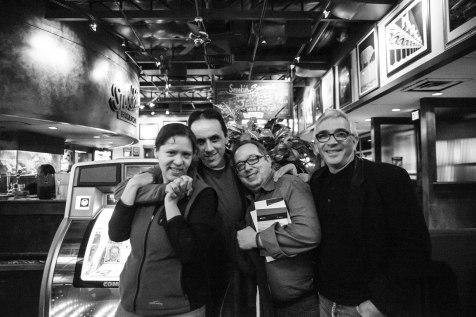 Cortesía del hermanito Fabien, un recuerdín que me alegra la noche. ¡Gracias por el excelente rato, George y Mario! (Y Alberto, claro!) — with George Henson, Alberto Chimal, and Mario Sulit.